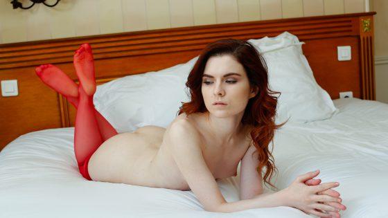 Une fille canon avec des bas rouges