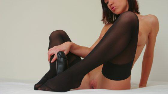 Une jeune femme avec de gros seins fait un footjob